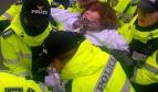 La police enlève de force une gréviste