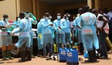 La lucha contra el Ébola en Guinea - Los agentes de salud en los equipos de protección