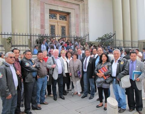 La délégation devant le palais présidentiel