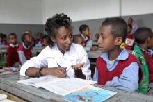Photo: Enseignante et étudiant. Creative Commons - Global Partnership for Education
