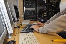 Une personne utilisant un ordinateur