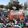 Profesionales de la salud de Argentina se manifiestan contra los recortes en los servicios de salud.