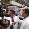 El Decano Nacional, Dr. César Palomino Colina, denuncia ante la prensa la agresión sufrida por el Dr. Fredy Escobedo, quien fue impactado en el rostro por un varazo de la policía.