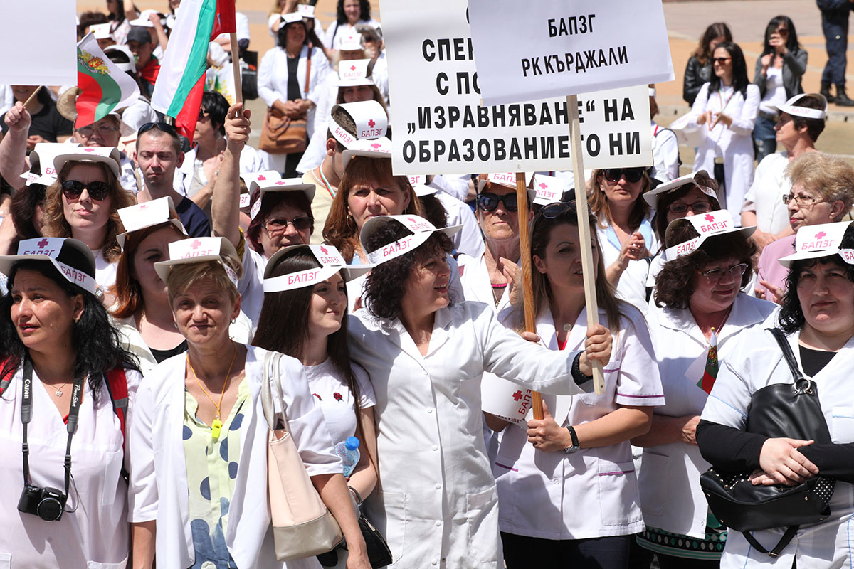 Bulgarian health workers and nurses protest against nurses' low wages