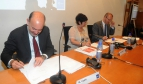 Rosa Pavanelli PSI General Secretary signs the agreement