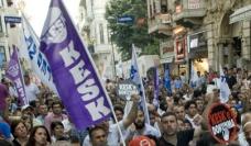 des manifestants en Turquie portant un drapeau de l'organisation KESK