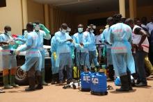 La lutte contre le virus Ebola en Guinée - Les agents de santé dans les équipements de protection