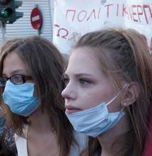 Jeunes femmes presentes aux demonstrations en Grece