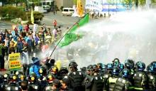 Police use water cannon againt protestors in Daegu, Korea