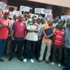 El camarada Ayuba Wabba, presidente de NLC, y otros dirigentes sindicales montaron piquetes frente al Ministerio de Salud de Abuja.